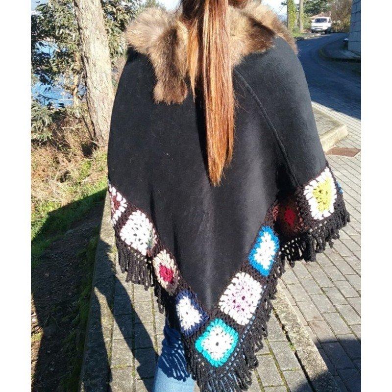 Poncho negro con crochet...