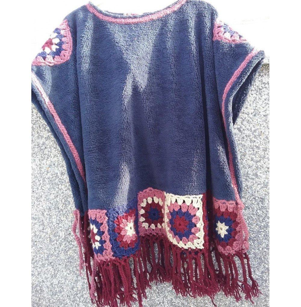 Poncho azul crochet cuadrados